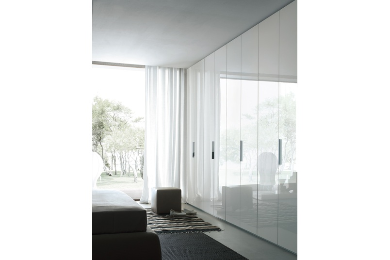 Poliform New Entry wardrobe with folding doors in white glossy lacquer