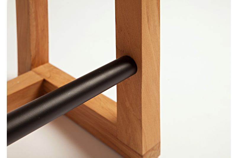 The Uno stool can be used either as a low sitting stool for café tables or as a full height leaner.