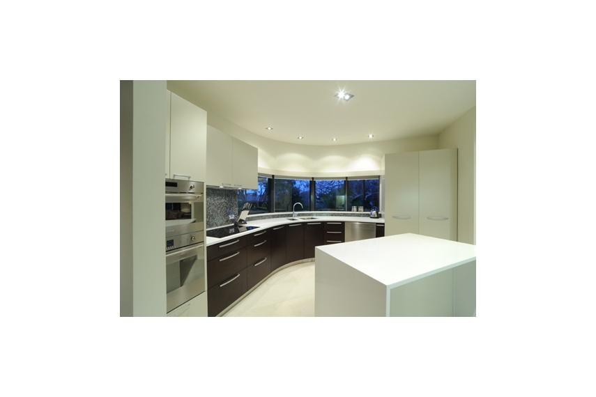 Glendowie Kitchen – quartz benchtop, ¼ cut American oak veneer and polyurethane paint