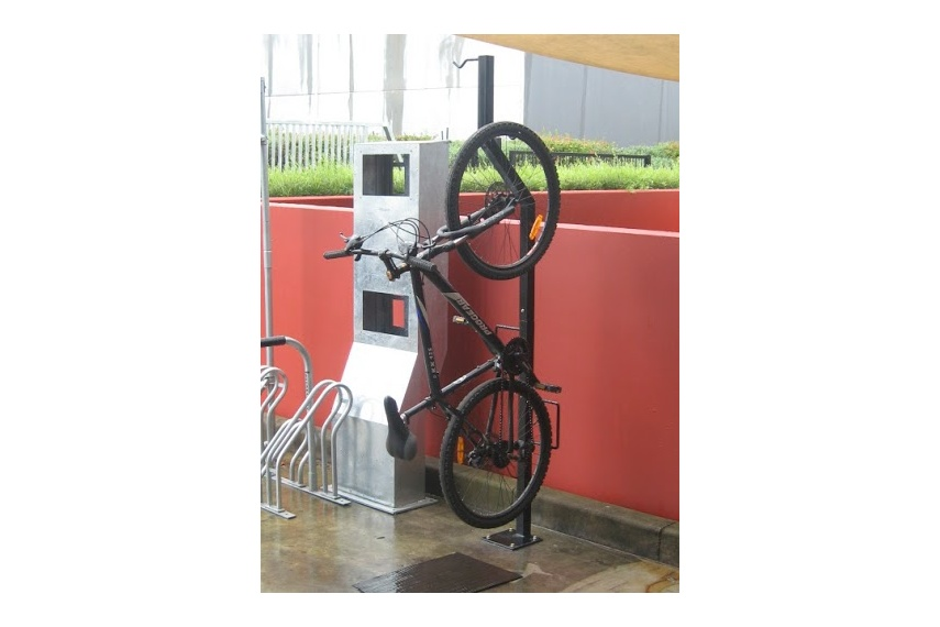 Free standing vertical bike rack